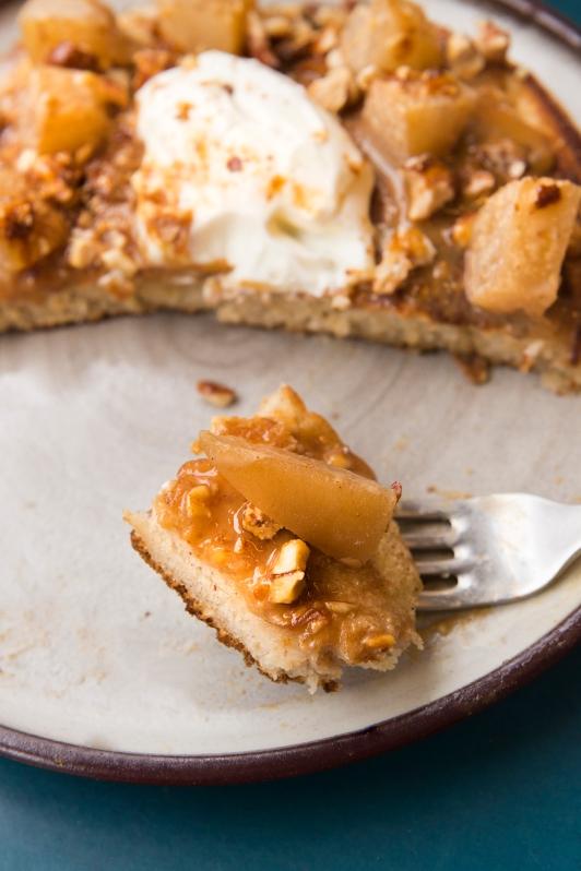 Pancake à la confiture de lait maison, poires pochées, amandes caramélisées et épices Chaï.