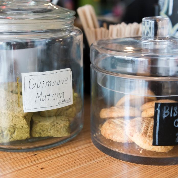 Sur place ou à emporter, les guimauves matcha et les biscuits à la crème de sésame.