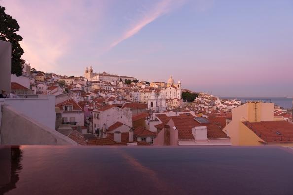 Lisbonne se pare de ses plus belles couleurs à la lumière rosée du soleil couchant.