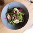 Le bol du moment est végétarien, il varie selon les saisons et les envies du chef. Ici, lentilles vertes, jeunes pousses, oignons rouges, sauce au yaourt grec, citron vert.