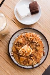 Pancake au épices Chaï, confiture de lait maison, poire pochée, amandes caramélisées. Au fond, guimauves chocolat et vanille tonka.