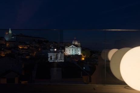 La vieille ville de nuit depuis la terrasse du Memmo Alfama Hotel.