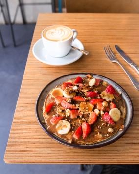 Pancake version estivale avec confiture de lait et fruits frais.