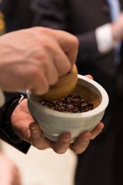 Moudre le café à la main à l'ancienne
