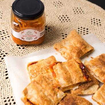Feuilletés dorés garnis de fromage frais et d'ajvar, une spécialité des balkans à base de poivrons rouges.