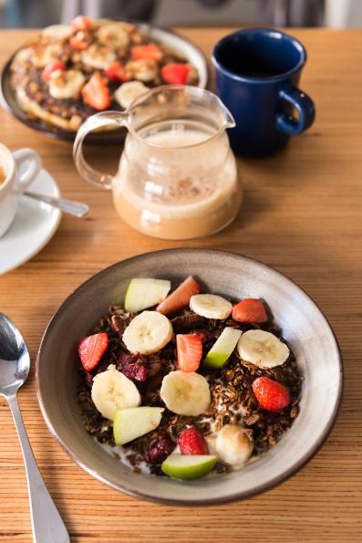 Granola, pancakes, chaï et latté