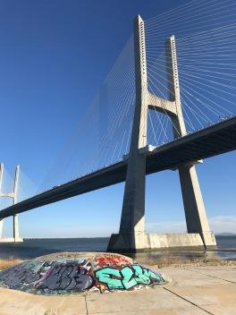 Le pont suspendu Vasco de Gamma et son skate park.