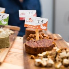 Happy Cheeze à la Veggie World Paris pour des fauxmages à base de cajou délicieux.