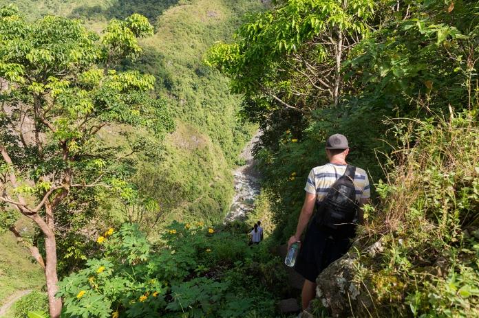 JB en pleine descente vers la cascade de Tappia, entouré par la végétation.