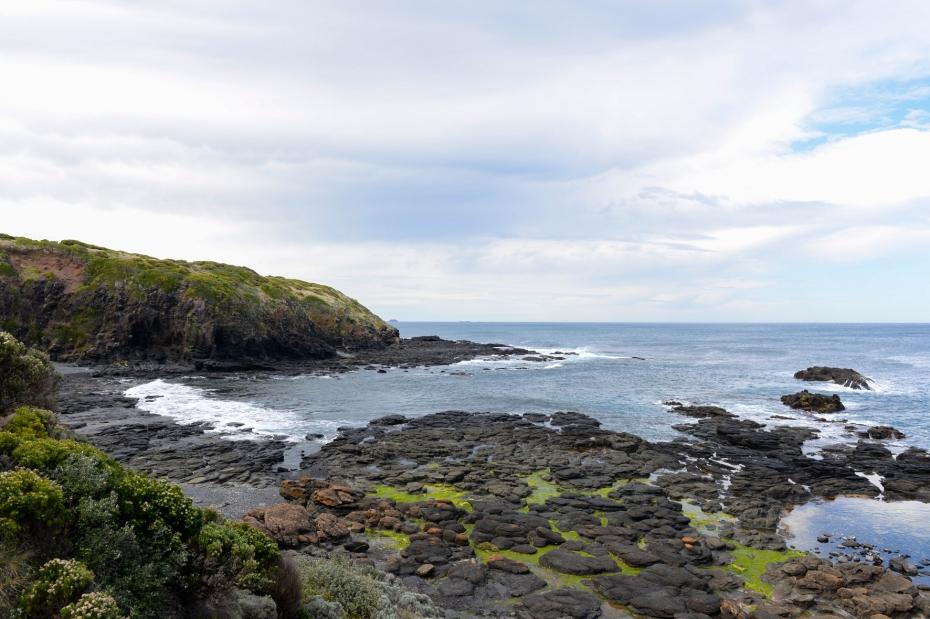 Un paysage qui me fait penser à l'Ecosse avec ses pierres noires et ses alentours verdoyants.