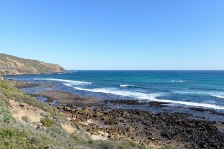 De nombreux chemins longent la côte pour se promener entre terre et mer.