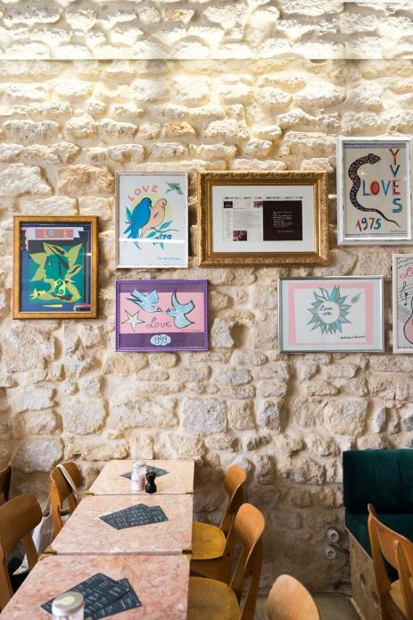 Décoration inspirée d'Yves Saint Laurent avec reproduction de cartes qu'il écrivait à ses amis. Vieilles pierres aux murs et miroirs au plafond pour agrandir l'espace.