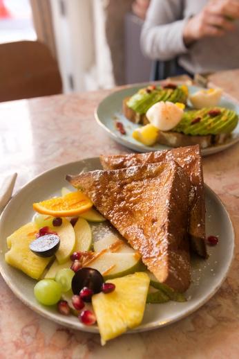 Le bon pain perdu brioché et bien doré avec son coulis de caramel et ses fruits frais.
