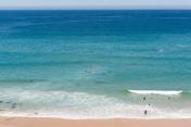 Les surfeurs attendent la prochaine vague.