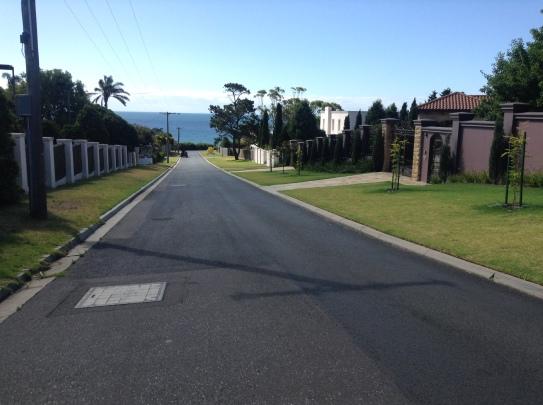 Les quartiers chics de Mount Eliza. La piscine dans le jardin, la mer au bout de la rue.