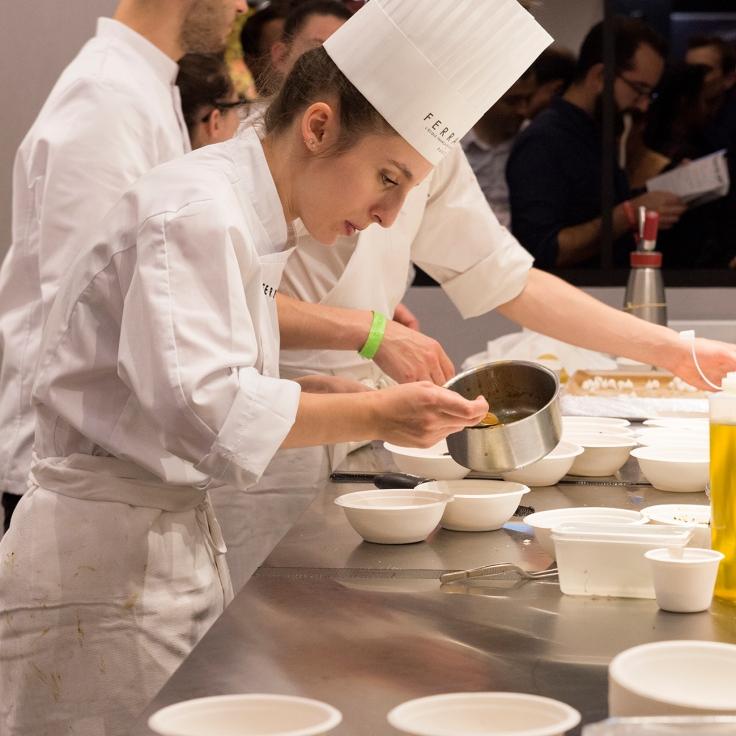 Les petites mains qui réalisent vos plats à Taste of Paris.