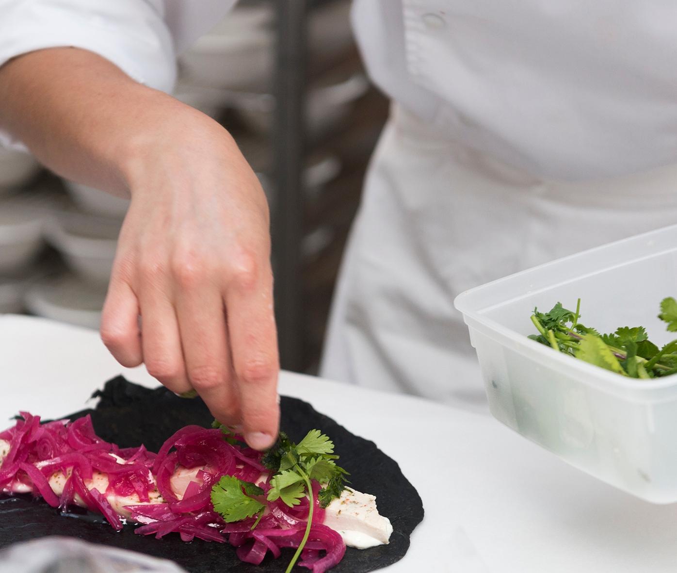 Les petites mains qui réalisent vos plats à Taste of Paris. Ici, un des plats au menu de Juan Erbalaez.
