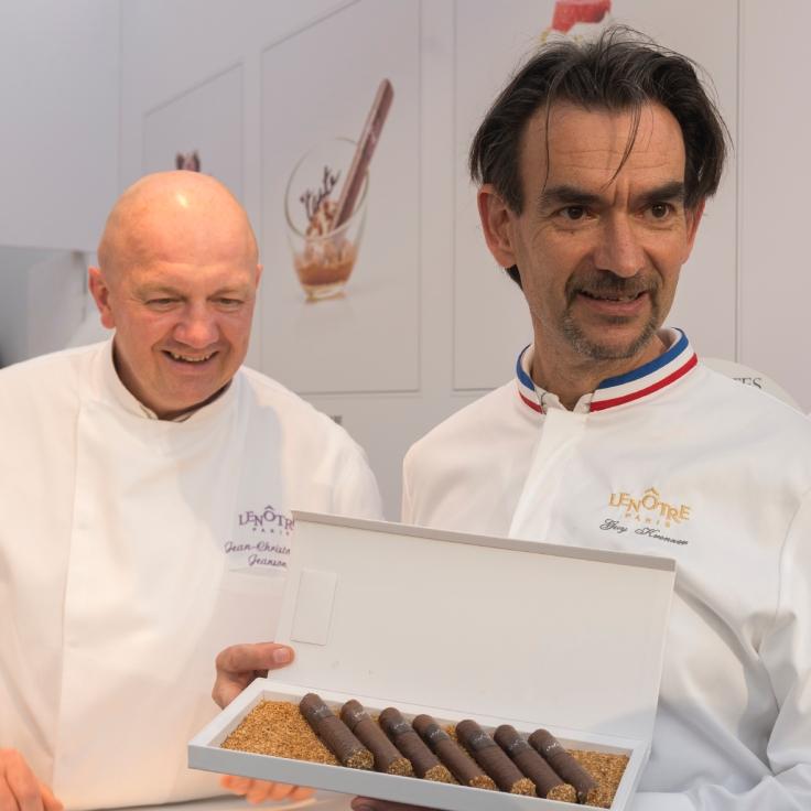 L'équipe de Lenôtre présente son cigare chocolat praliné, un des élément clé de son dessert.