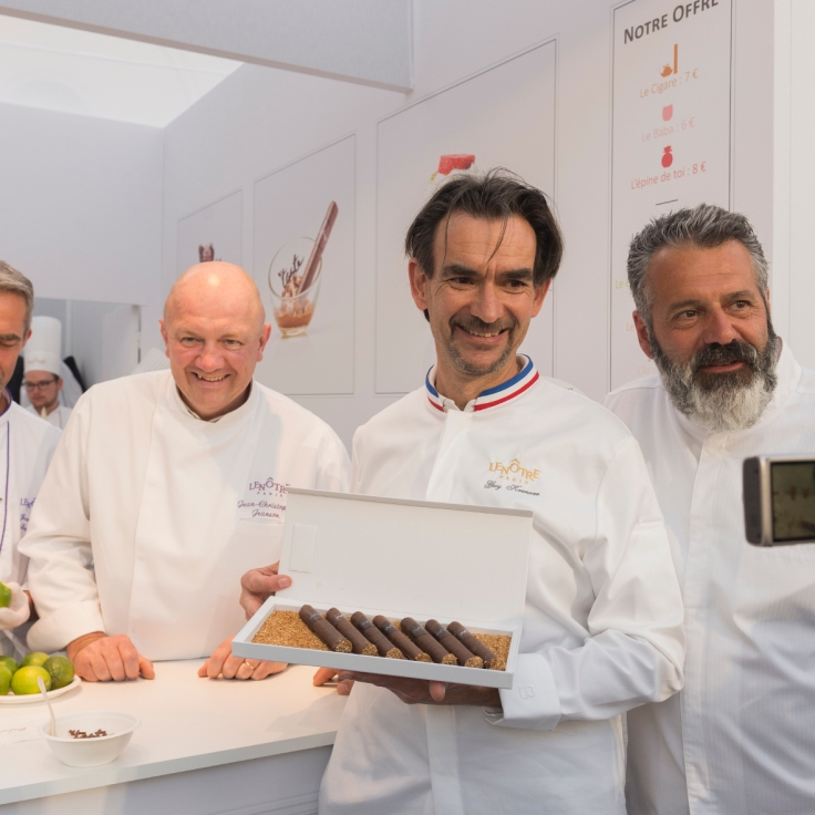 L'équipe de Lenôtre présente le cigare praliné, dessert phare de cette année.
