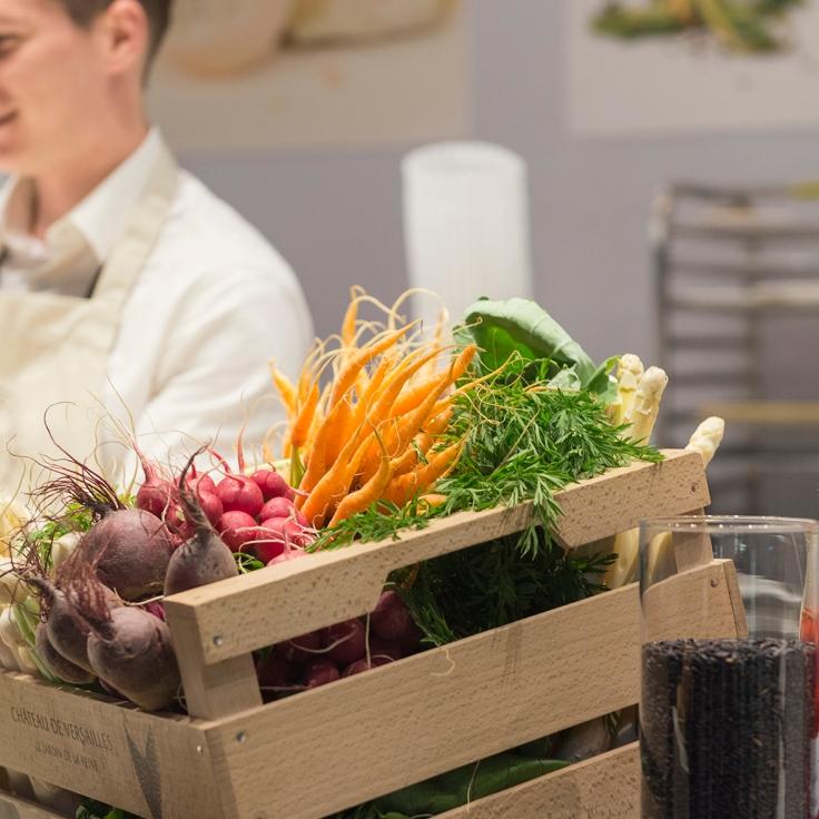 Le joli stand coloré du Plaza Athénée avec ses légumes frais et ses pickles de radis.