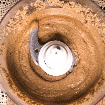 La purée crue de fruits secs se forme peu à peu en libérant de l'huile.