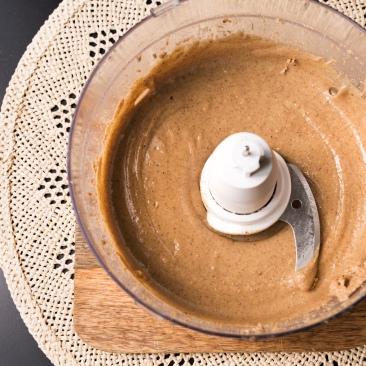 Après 10 à 15 minutes, la pâte devient lisse et brillante.