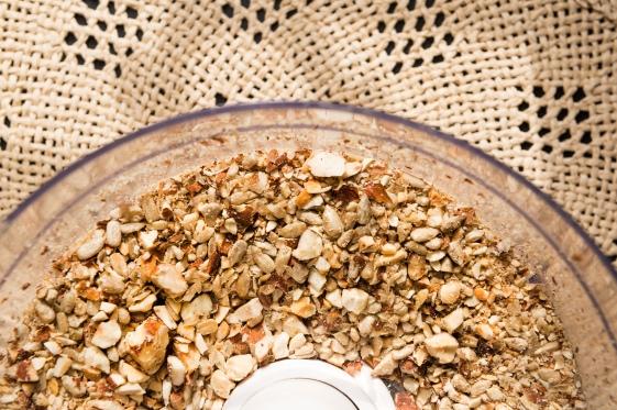 Gros plan sur les fruits secs torréfiés et concassés.