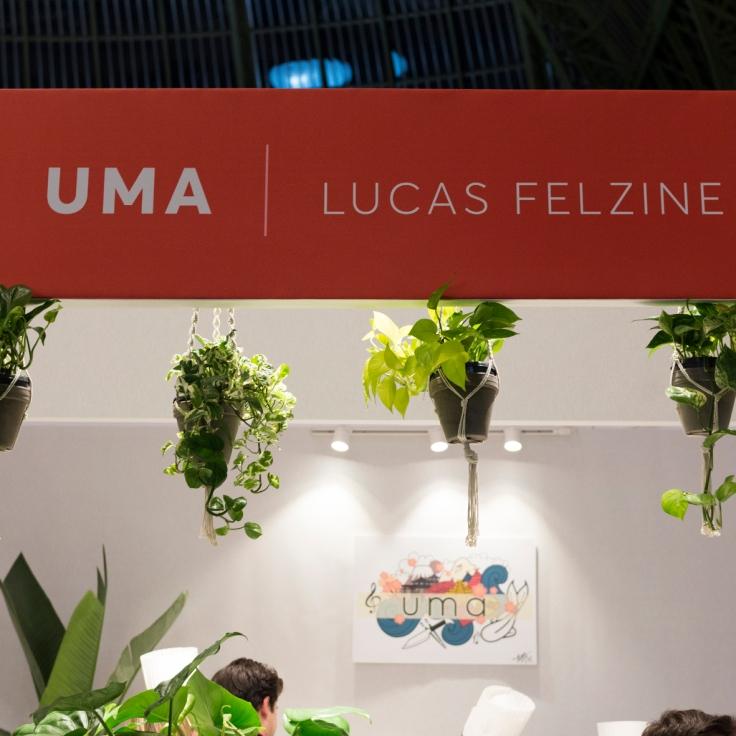 Le restaurant UMA, chef Lucas Felzine. Joli stand décoré de plantes vertes.