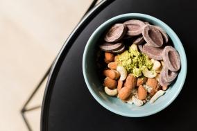 Flocons d'avoine, matcha, sésame, fruits secs, chocolat noir vous seront nécessaires pour réaliser cette recette.