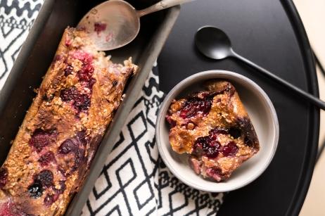Comme un gâteau, j'ai réalisé un porridge aux framboises et bleuets au four.