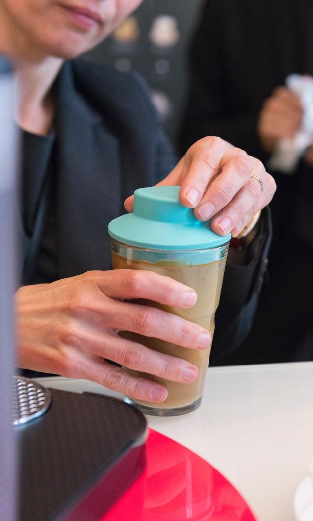 Préparation puis dégustation d'un café glacé au lait d'amande.