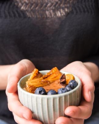 Flocons d'avoine, flocons de quinoa, lait d'avoine, bleuets, banane poêlée, physalis, badiane, épices douces, et PÂTE À TARTINER bien-sûr !!