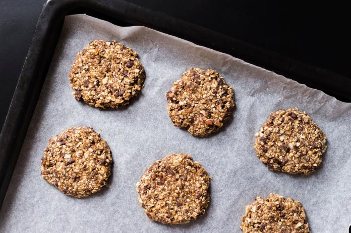 Façonnage des cookies avec la même base de pâte que celle utilisée pour les Energy Balls.