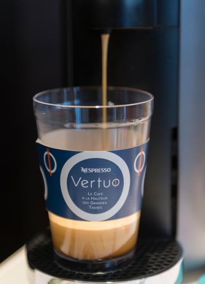 Découverte de la silencieuse machine à lecture optique Vertuo chez Nespresso.