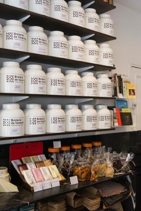 Venez déguster un bon café à la Brûlerie de Varenne. Torréfaction faite sur place avec soin. Vente de thé au détail, chocolats Bonnat et d'autres produits à découvrir...