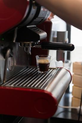 Venez déguster un bon café à la Brûlerie de Varenne. Torréfaction faite sur place avec soin.