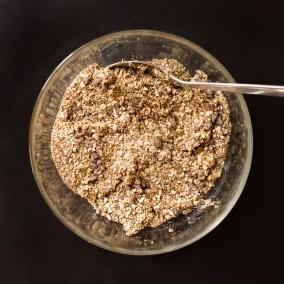 La pâte issue des ingrédients secs mixés au robot. Il ne reste plus qu'à mélanger au liant: la compotée de banane.