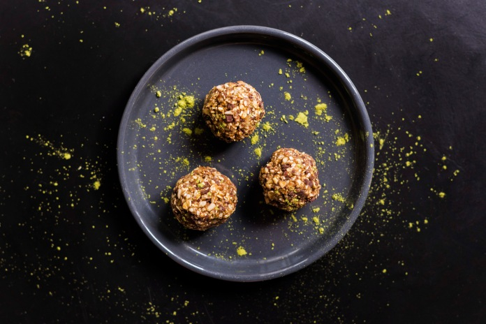 Energy Balls RAW (crues) matcha, sésame, chocolat noir et flocons d'avoine.