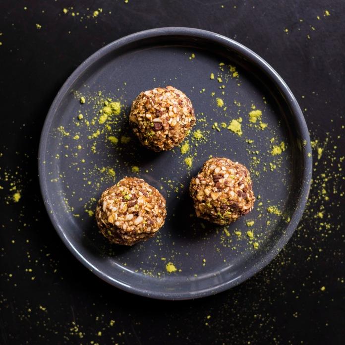Energy Balls RAW (crues) matcha, sésame, chocolat noir et flocons d'avoine.