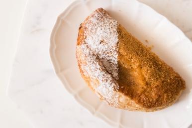 Un bon chausson croustillant, revisite du chausson aux pommes traditionnel grâce à l'association Ananas citron vert par la Pâtisserie des Rêves.