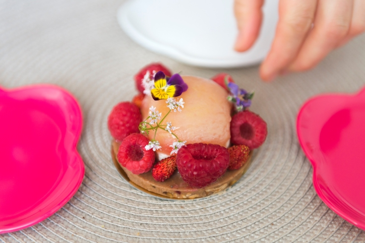 Jardin secret, un joli nom pour un gâteau fin et féminin. Par la Grande Epicerie de Paris.
