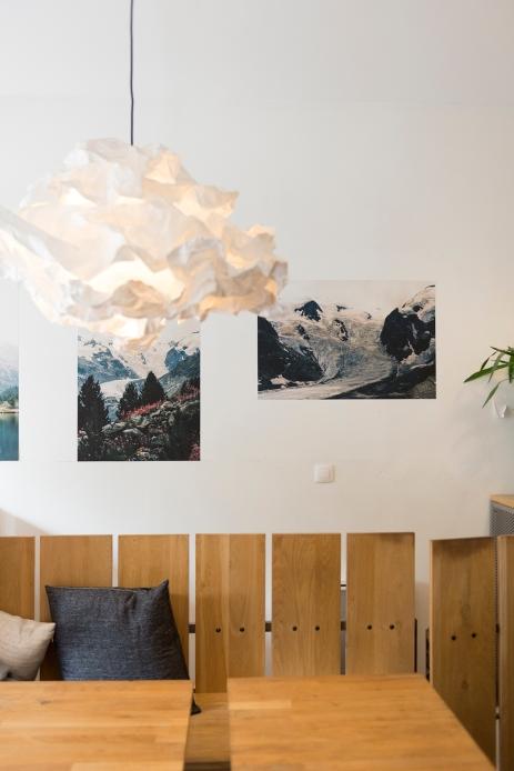 La décoration simple et épurée avec, à l'arrière plan, des photographies exposées.