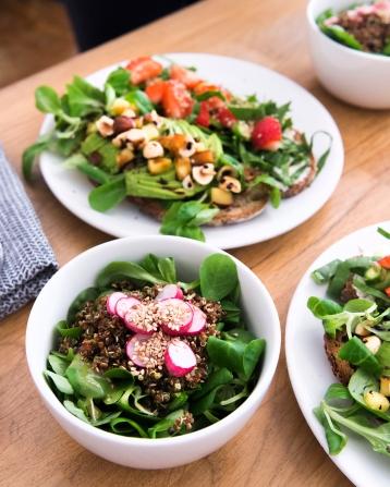 Une petite salade accompagne les tartines. Mâche, radis, quinoa et sésame, le combo parfait.
