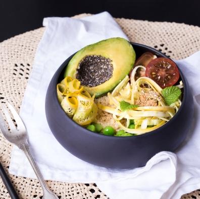 La courgette jaune en deux façons (tagliatelles crues et lamelles marinées à l'huile d'olive et aux herbes) associée aux petits pois frais, à l'avocat, la semoule et les tomates cerises.
