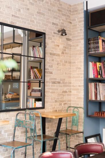 Fauteuils en cuir bordeaux, NYTimes sur les tables, tourne-disque, vinyles et briques au mur, on se sent tout de suite transporté chez Radiodays café