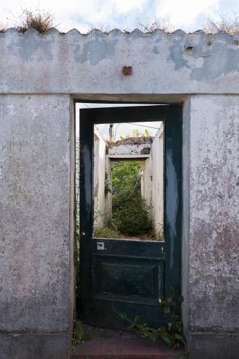 Beaucoup de maisons sont à l'abandon dans les Açores.