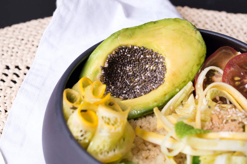 Avocat aux graines de chia dans ce bol végane estival.