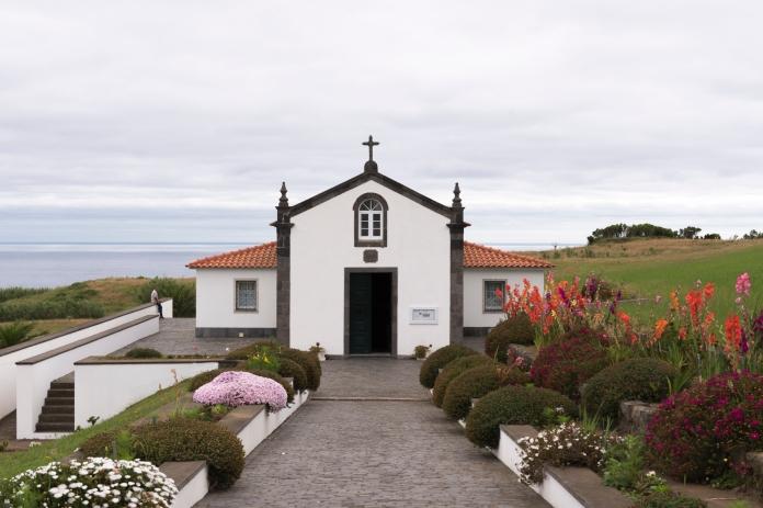 Les Eglises sont présentes partout sur l'île et visible de loin. Elles sont très fleuries et proches de la mer.