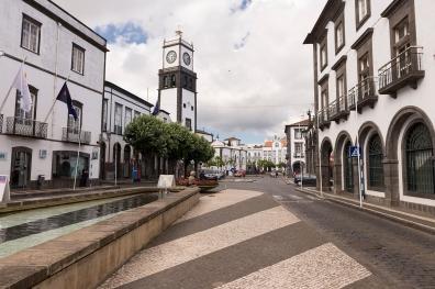 Se perdre dans les ruelles pavées de Ponta Delgada.