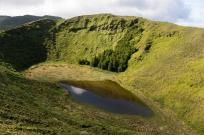 Les petits lacs au milieu des cratères des volcans.